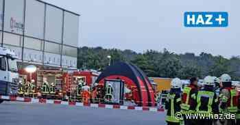 Feuerwehreinsatz in Sehnde-Höver: Gabelstapler beschädigt Säurebehälter - Hannoversche Allgemeine