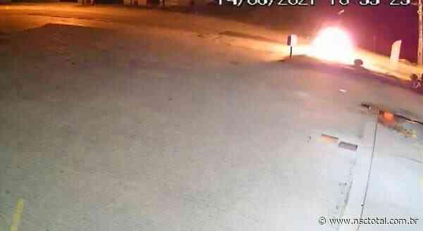 Motos batem de frente e causam explosão em Brusque; veja o vídeo   NSC Total - NSC Total