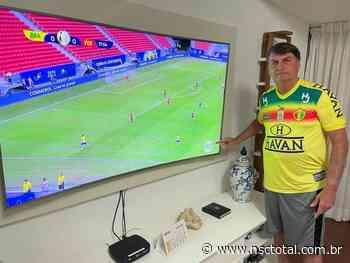 Bolsonaro assiste ao jogo da Copa América com camisa do Brusque   NSC Total - NSC Total