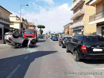 Incidente a Ciampino: auto ribaltata dopo urto con veicolo in sosta - TerzoBinario.it