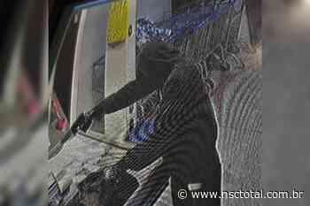 Assaltantes armados e encapuzados invadem supermercado em Blumenau   NSC Total - NSC Total