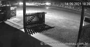 VÍDEO – Moto é atingida por dois carros em sequência em Blumenau - O Município Blumenau