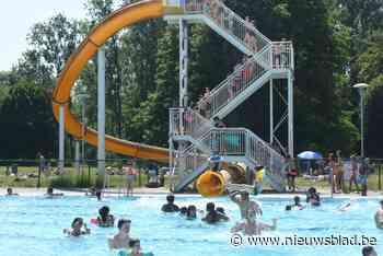Zomerweer lokt veel volk naar openluchtzwembad Vita Den Uyt