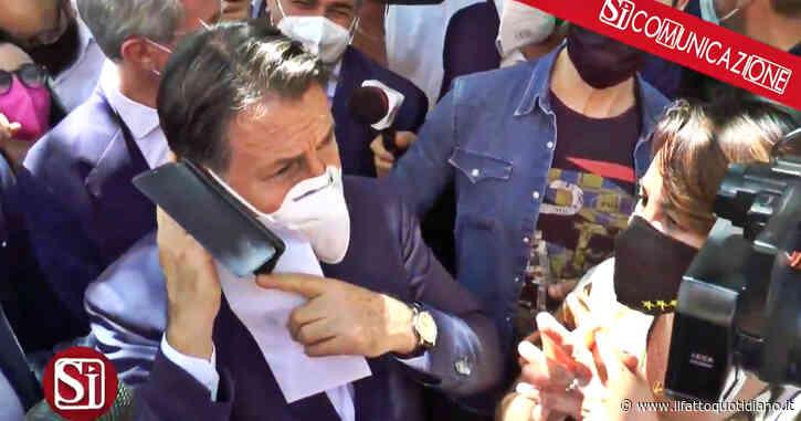"""Giuseppe Conte a Napoli parla al telefono con una sostenitrice: """"Signora Rosa, non è uno scherzo…"""" – video"""