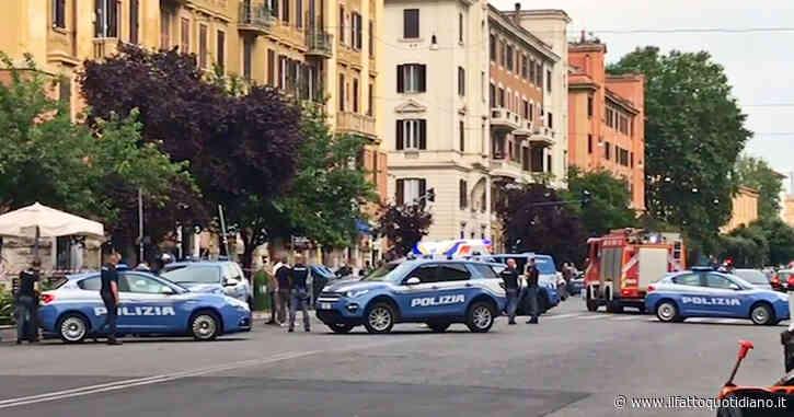 Roma, pacco sospetto su un'auto: allarme bomba in zona Prati. L'intervento di polizia e artificieri – Video