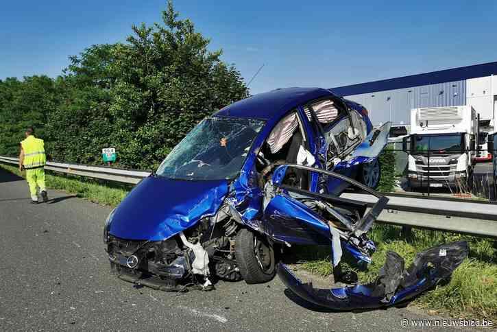 Bestuurster zwaargewond na ongeval op pechstrook E17