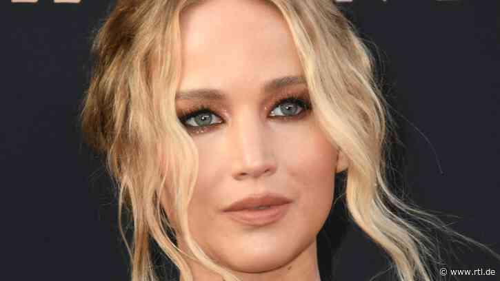 Jennifer Lawrence: Versteckt sich unter diesem weiten Shirt etwa ein Babybauch? - RTL Online
