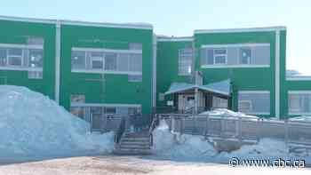 Students and staff in Cohort B at Iqaluit's Aqsarniit Iliniarvik School can return to class tomorrow - CBC.ca