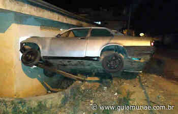 Carro descontrolado quase invade residência em Cataguases - Guia Muriaé