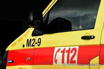 Man raakt gekneld onder voertuig tijdens herstelling en overlijdt