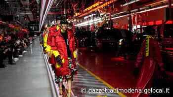Maranello. La prima collezione di moda Ferrari sfila tra le linee di produzione - La Gazzetta di Modena