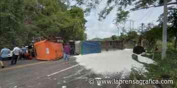 Rastra derrama fertilizante al volcar en carretera en San Miguel - La Prensa Grafica