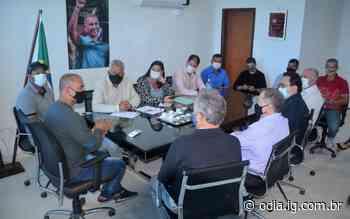 Prefeito de Iguaba Grande recebe deputados em seu gabinete - O Dia