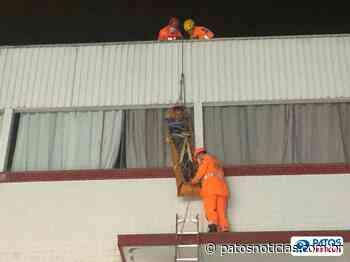 Homem surta e pula de telhado em telhado no centro de Patos de Minas - Patos Notícias