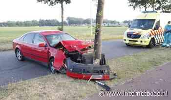 Auto botst tegen boom op Spectrum - Internetbode