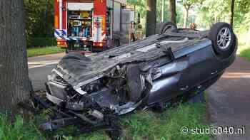 Auto slaat over de kop; komt tot stilstand tegen een boom - Studio040