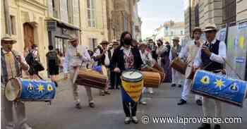 Arles : les groupes folkloriques en cortège vers les arènes - La Provence