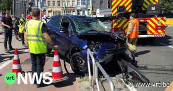 Auto belandt in water aan Dampoort in Gent, bestuurder gereanimeerd - VRT NWS