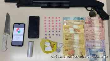 POLICIAL Polícia Militar prende homem por tráfico de drogas no bairro Limeira Baixa Ação aconteceu na - ®Portal da Cidade | Brusque