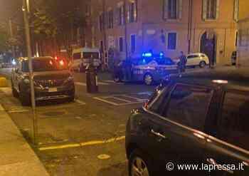 Modena, follia in centro, giovane tira sassi e bidoni contro auto: fermato - La Pressa