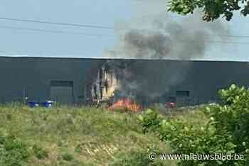Uitslaande brand aan buitenwand van bedrijfshal in Dilsen-Stokkem