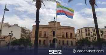 Una gran bandera de Linares preside la plaza del Ayuntamiento - Cadena SER