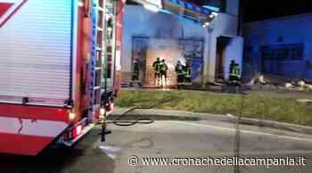 Incendio distrugge deposito Weng Shopping di Casagiove - Cronache della Campania