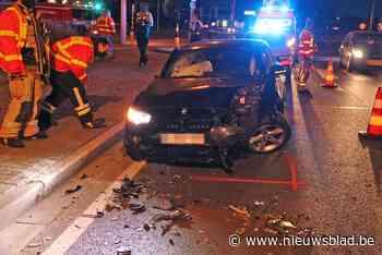 Bestuurder zwaargewond na knal tegen verkeerslicht<BR />