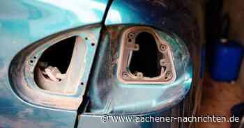 Hand ragt aus Kofferraum: Mann repariert Auto-Rückleuchte während der Fahrt