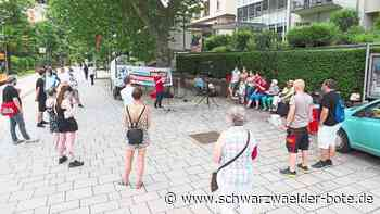 Gegen Entlassungen: Kundgebung vor dem Bad Wildbader Rehazentrum Quellenhof