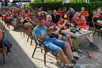 Terras vol supporters bij De Rijkswacht