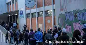 Com a vacina da Pfizer liberada para o público em geral, filas longas marcam imunização na Capital - GauchaZH