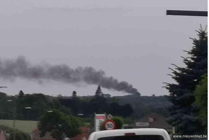 Zwarte rookpluim tekent zich af boven Henis bij brand van plastic zitbank en vuilnisbak
