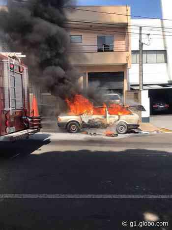 Carro estacionado pega fogo em avenida de Americana - G1