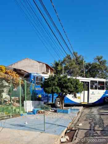 Ônibus do transporte coletivo invade casas e deixa idosos feridos em Campinas - G1