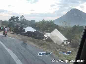 Caminhão que transportava guarda-roupas tomba em Itapipoca - O POVO