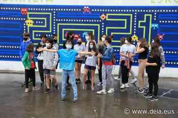 Alumnos que dejan huella a través de un mural en el colegio de Iruarteta - Deia