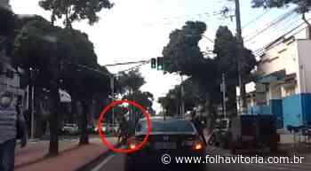 VÍDEO   Adolescente é encontrado pilotando moto com duas placas diferentes na Serra - Folha Vitória