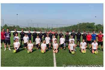 Brecht Dejaegere en Debbie Decoene geven voetbaltraining aan schoolleerlingen