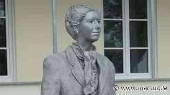 """Skulptur der """"Frau mit Handtasche"""" steht vor dem Bruggerhaus - Merkur Online"""
