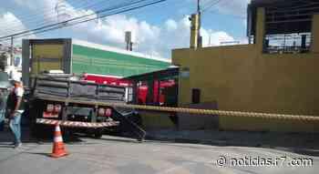 Caminhão atinge carros e muro de adega em Francisco Morato (SP) - HORA 7