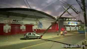 Carro bate em poste e motorista fica ferido em Cariacica, ES - G1