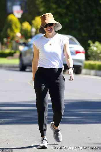 Jennifer Garner flashes a confident grin while on solo stroll in Santa Monica - Californianewstimes.com