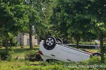 Auto gaat over de kop en belandt in parkje - Het Nieuwsblad