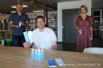 Flesjes handgel met boodschap 'Praat erover' (Bredene) - Het Nieuwsblad