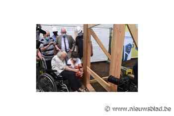 Bewoners helpen zelf eerste planken vast te schroeven van nieuw woonzorgcentrum<BR />
