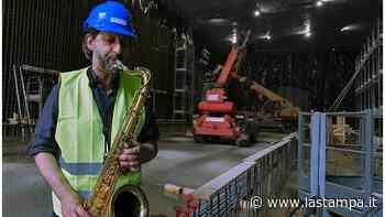 Collegno, il sax di Gianluigi Corvaglia riveste di note il cantiere della metro - La Stampa