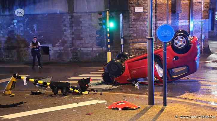 Auto over de kop: bestuurder zwaargewond