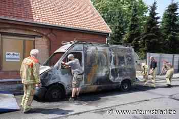 """Schepen Debouck ziet bestelwagen in vlammen opgaan: """"Ik kon enkel mijn portefeuille en gsm redden"""""""