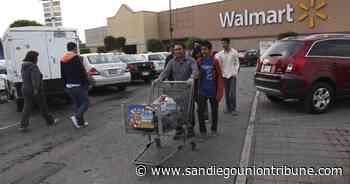 Personas mayores luchan por embolsar comestibles en México - San Diego Union-Tribune en Español